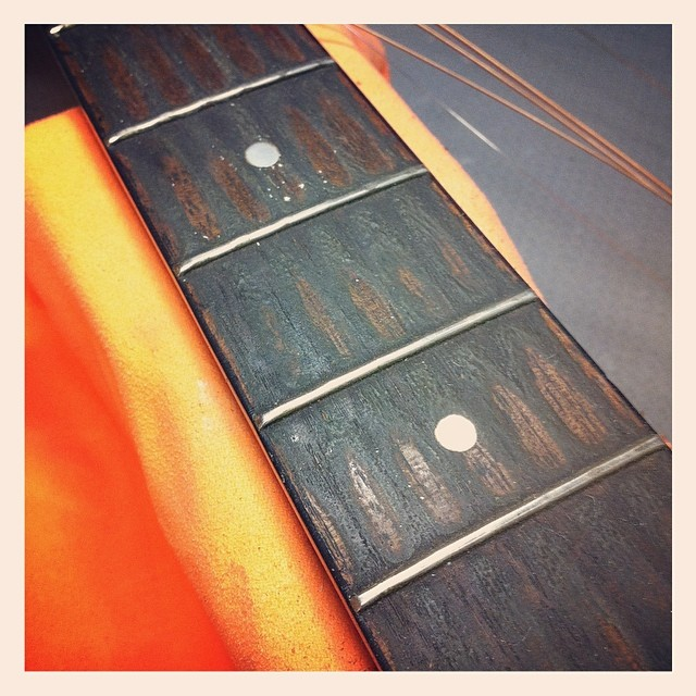 This could be the dirtiest fretboard I've seen in a long while... #luthier #luthierslife #guitartech #guitarrepair #fromthebench #dirtyguitar